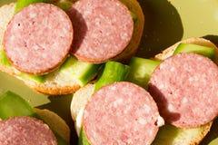 Sandwich met worst en een komkommer Royalty-vrije Stock Afbeelding