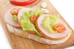 sandwich met worst, tomaat, salade stock fotografie