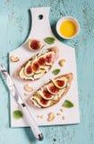 Sandwich met zachte kaas, fig. en honing - heerlijk voorgerecht met wijn, gezonde Ontbijt of snack stock foto