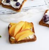 Sandwich met zachte kwark en stukken van dadelpruim stock foto's