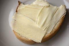 Sandwich mit Butter auf einer weißen Platte Stockfoto