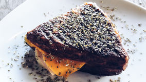 Sandwich mit Cheddar-Käse, geräuchertem Truthahn und Thymian Stockfotografie