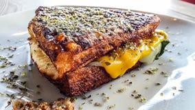 Sandwich mit Cheddar-Käse, geräuchertem Truthahn und Thymian Lizenzfreie Stockfotos
