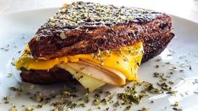 Sandwich mit Cheddar-Käse, geräuchertem Truthahn und Thymian Stockbilder