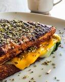 Sandwich mit Cheddar-Käse, geräuchertem Truthahn und Thymian Lizenzfreies Stockfoto