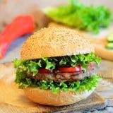 Sandwich mit einem Bohnenburger, einem frischen Kopfsalat, roten einem grünen Pfeffer und einer Gurke Gesundes Sandwich auf einem Stockbild