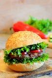 Sandwich mit einem gebratenen Bohnenburger, einem Kopfsalat, roten einem grünen Pfeffer und einer Gurke Gesundes Sandwich auf ein Lizenzfreie Stockfotografie