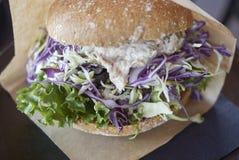 Sandwich mit einem Ragout von kalt-geräucherten und heiß-geräucherten Lachsen stockbild