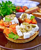 Sandwich mit Feta und Oliven an Bord Stockfoto