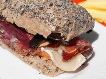 Sandwich mit Fleck, Briekäse und Aubergine Stockbild