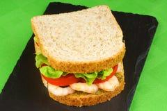 Sandwich mit Garnelen, Pesto, Kopfsalat und Tomate Stockfotos