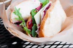 Sandwich mit geräuchertem Truthahn und Preiselbeersoße Lizenzfreie Stockbilder