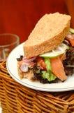 Sandwich mit geräucherten Lachsen Stockfoto
