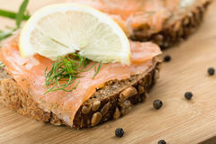Sandwich mit geräucherten Lachsen lizenzfreies stockfoto