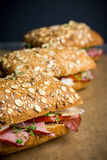Sandwich mit Getreidebrot, -schinken, -tomaten und -kresse auf dem dunklen Hintergrund Lizenzfreies Stockbild