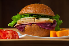 Sandwich mit Huhn, Käse und Salat lizenzfreies stockfoto