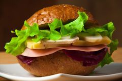 Sandwich mit Huhn, Käse und Salat stockbilder