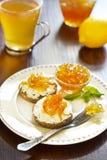 Sandwich mit Käse- und Zitrusfruchtstörung Stockfoto