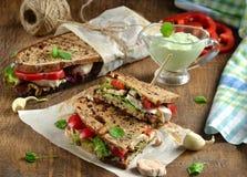 Sandwich mit Käsesoße, Kopfsalat, Hühnerschinken und grünem Pfeffer Lizenzfreies Stockfoto