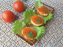 Sandwich mit Kaviar, auf einer Platte mit Kopfsalat Lizenzfreie Stockbilder