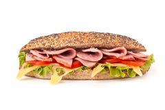 Sandwich mit Kopfsalat, Tomaten, Schinken und Käse Lizenzfreie Stockfotos