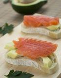 Sandwich mit Lachsen und Avocado Stockfotos