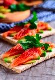 Sandwich mit Lachsen und Avocado Lizenzfreie Stockfotografie
