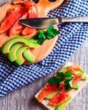 Sandwich mit Lachsen und Avocado Stockfotografie