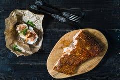 Sandwich mit Leiste des geräucherten Lachses auf Schwarzbrot mit Weichkäse stockbild