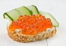Sandwich mit rotem Kaviar Lizenzfreie Stockfotos