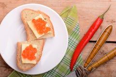Sandwich mit rotem Kaviar auf weißer Platte Lizenzfreies Stockbild