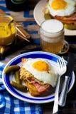 Sandwich mit Sauerkraut, Schinken und Spiegeleiern Stockbilder