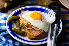 Sandwich mit Sauerkraut, Schinken und Spiegeleiern Stockbild