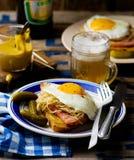 Sandwich mit Sauerkraut, Schinken und Spiegeleiern Stockfotos