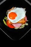 Sandwich lokalisiert auf schwarzem Hintergrund Stockbild