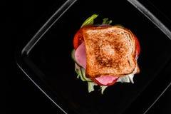 Sandwich lokalisiert auf schwarzem Hintergrund Lizenzfreie Stockbilder