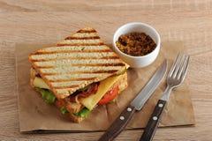 Sandwich mit Speck, Käse, Tomate und Dijon-Senf Lizenzfreie Stockfotos