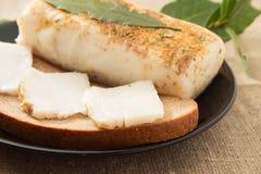 Sandwich mit Speck- und Lorbeerblatt lizenzfreie stockbilder