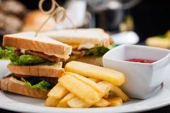 Sandwich mit Spiegeleiern, Speck und Kopfsalat Lizenzfreies Stockbild