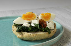 Sandwich mit Spinat, gekochtem Ei und getrockneten Tomaten Stockbild