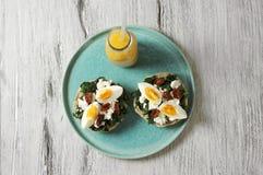 Sandwich mit Spinat, gekochtem Ei und getrockneten Tomaten Lizenzfreie Stockbilder