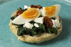 Sandwich mit Spinat, gekochtem Ei und getrockneten Tomaten Stockfotografie