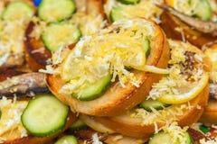 Sandwich mit Sprotte, Ei, Gurke und Zitrone Lizenzfreies Stockfoto