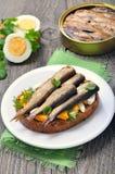 Sandwich mit Sprotten und Ei Stockfotos