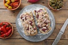 Sandwich mit Thunfischzwiebel und -bohnen Stockfoto
