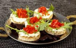Sandwich mit Tomate, Arugula und Creme Lizenzfreie Stockfotos