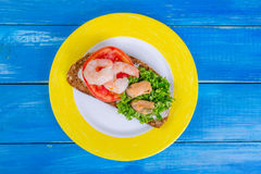 Sandwich mit Tomate, Garnelen, Miesmuscheln und gehackter Petersilie auf a Lizenzfreie Stockfotos
