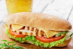 Sandwich mit Tomate und Käse gegrilltem Huhn Lizenzfreies Stockfoto