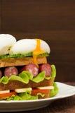 Sandwich mit Tomaten, Gurken, Würsten, Salat und Eiern Stockfotos