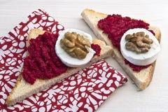 Sandwich mit Verbreitung, Ziegenkäse und Walnuss der roten roten Rübe lizenzfreies stockfoto